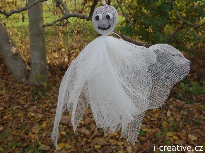 halloweenské strašidlo z gázy a kaštanu