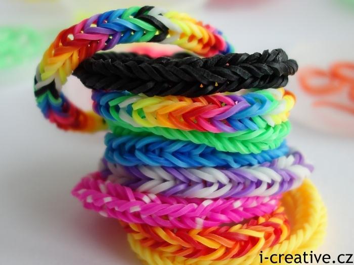 rainbow bands - náramky pletené na prstech