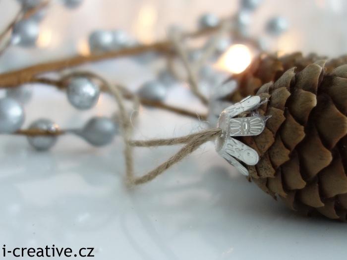jak pověsit šišku na vánoční stromeček