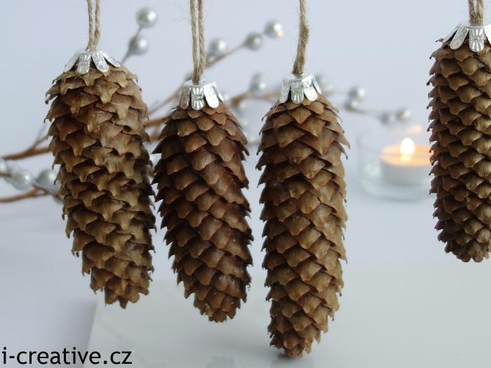 přírodní šišky jako ozdoby na vánoční stromeček