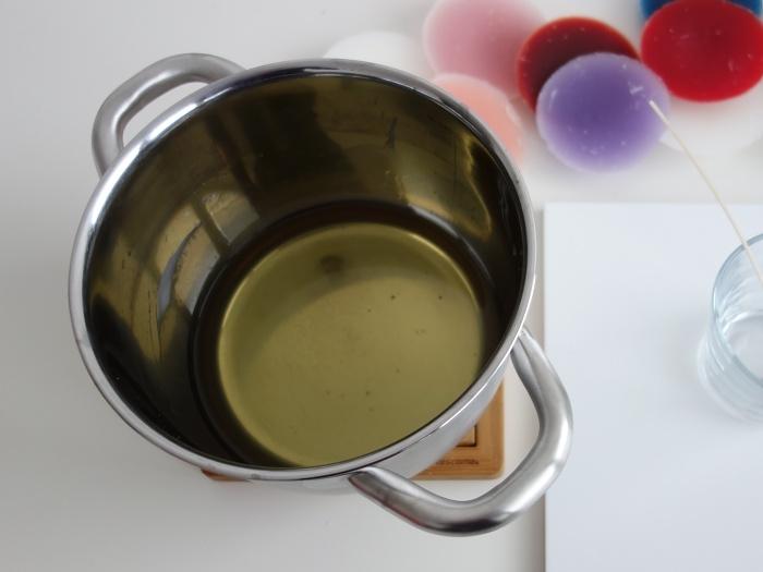 rozpuštěný vosk na výrobu svíčky