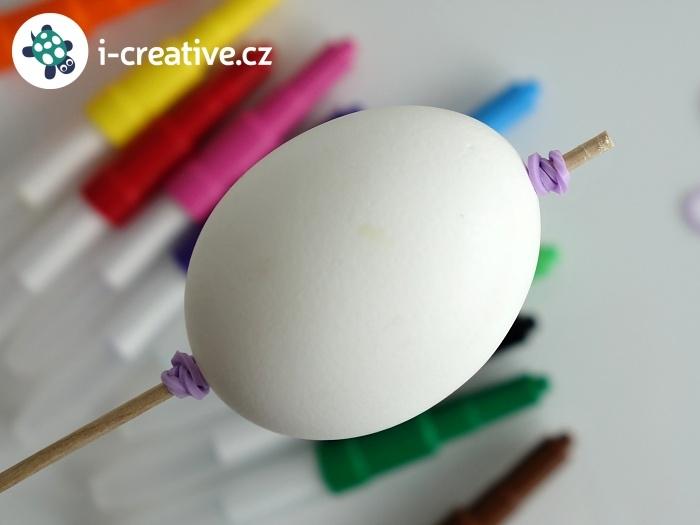 jak připevnit vajíčko na špejli pomocí gumiček