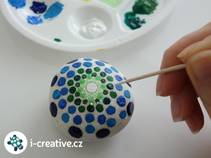 malování puntíků na kameny