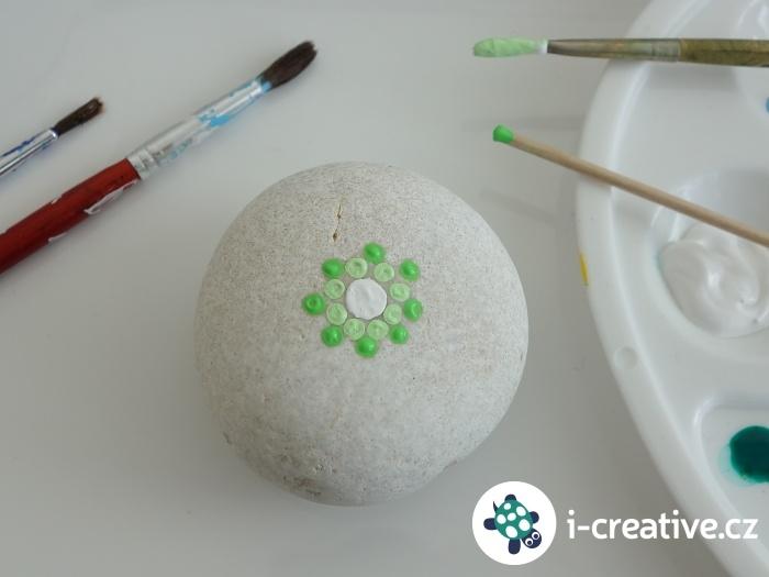 malování puntíků na kulaté kameny