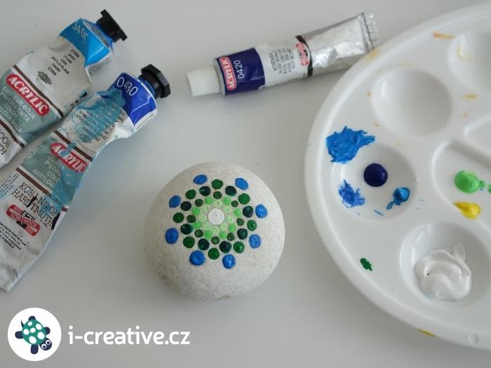 malování puntíkovaných mandal na kameny