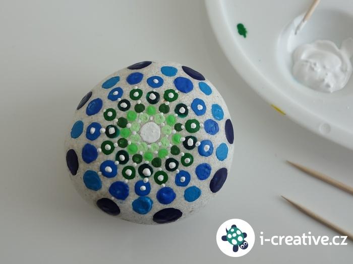 vytváření puntíkovaných mandal na kulaté kameny