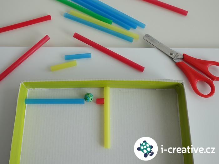 jak vyrobit bludiště z krabice a slámek