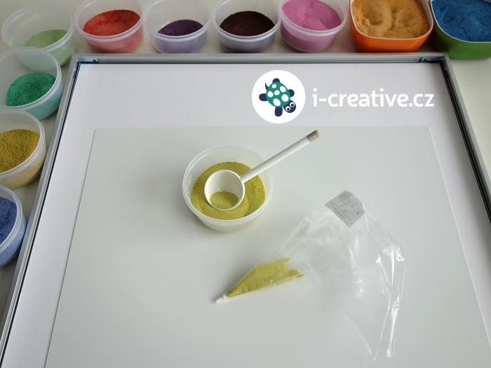 malování obrázků barevými písky