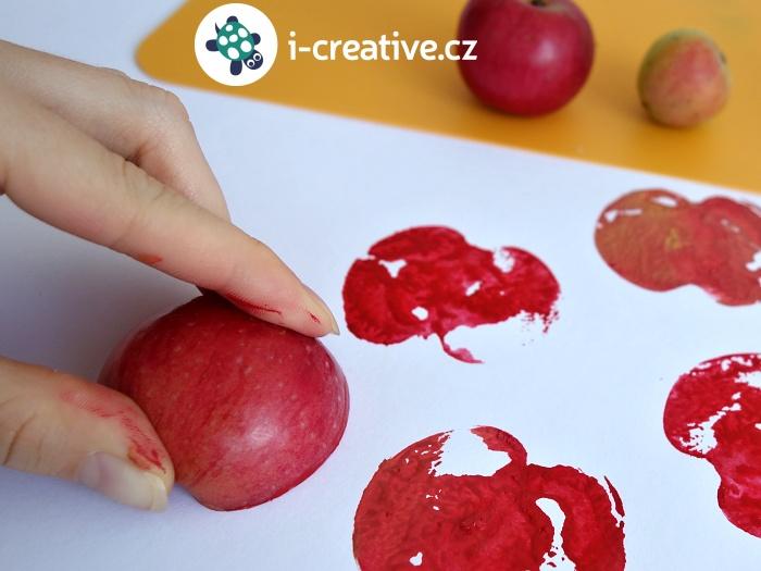 otisky jablka na papír