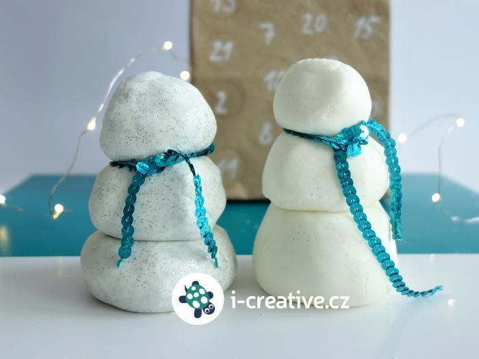 třpytivá domácí sněhová modelína