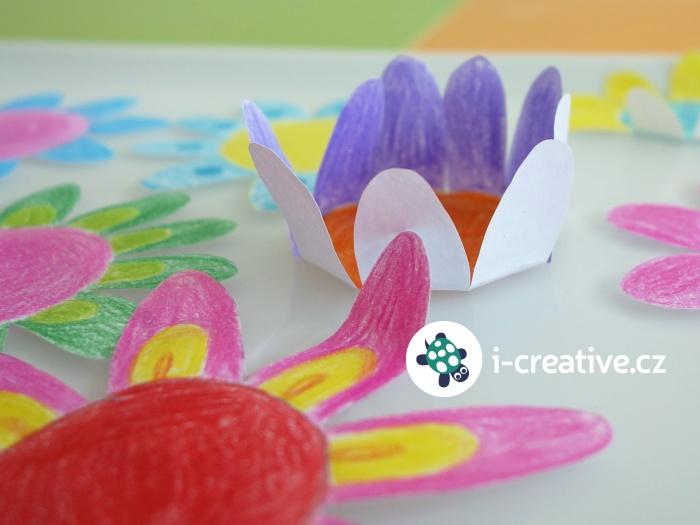 rozvíjející se květ z papíru