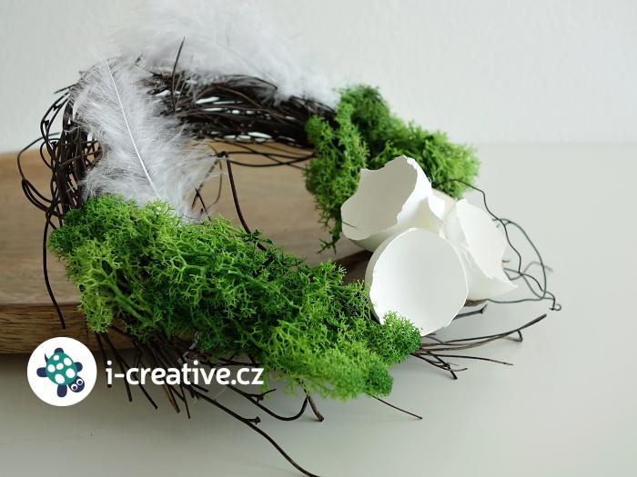 velikonoční věnec s mechem a peříčky