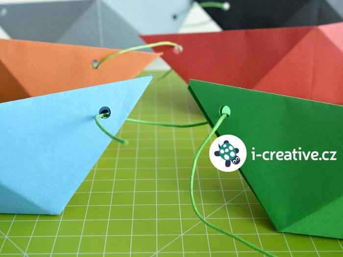 dekorační řetěz z papírových lodiček